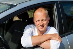 Aufgeregter Fahrer, der die Schlüssel seines Neuwagens hält Stockbilder