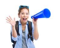 Aufgeregter Frauenreisender, der Megaphon verwendet Lizenzfreies Stockfoto