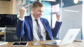 Aufgeregter Geschäftsmann, der Erfolg feiert stock video footage