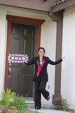 Aufgeregter Immobilienmakler vor dem Haus - verkauft! Stockbilder