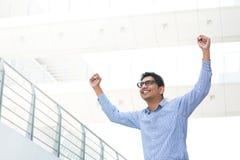 Aufgeregter indischer Geschäftsmann Stockfotografie