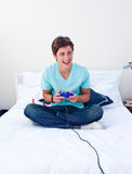 Aufgeregter Jugendlicher, der Videospiele spielt Lizenzfreies Stockfoto