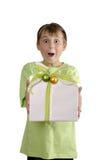 Aufgeregter Junge, der ein eingewickeltes Geschenk anhält Stockfoto