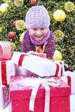 Aufgeregter Junge geöffnetes Weihnachtsgeschenk unter Baum im Schnee Stockbilder