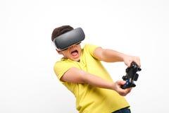 Aufgeregter Junge mit gamepad und VR-Schutzbrillen Stockbild