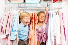 Aufgeregter Junge und Mädchen spielen Verstecken im Speicher Stockfoto