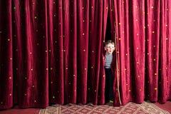 Aufgeregter kleiner Junge auf Stadium Stockbild
