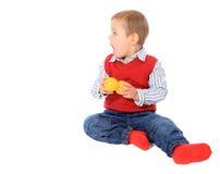 Aufgeregter kleiner Junge, der zur Seite schaut Stockfoto
