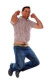 Aufgeregter Mann, der in die Luft springt Lizenzfreie Stockfotos