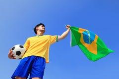 Aufgeregter Mann, der eine Brasilien-Flagge hält Stockfotos