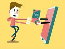 Aufgeregter Mann, der Geschenkgutschein von seinem intelligenten Telefon erhält Stockbild