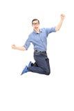 Aufgeregter Mann, der mit Freude springt Lizenzfreies Stockbild