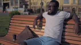 Aufgeregter Mann, der sich weit nachdem dem Arbeiten an Laptop entspannt und strahlt stock footage