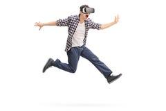 Aufgeregter Mann, der virtuelle Realität erfährt Lizenzfreies Stockbild