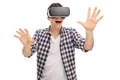 Aufgeregter Mann, der virtuelle Realität erfährt Lizenzfreie Stockfotos