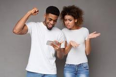 Aufgeregter Mann freuen sich das Gewinnen, gemacht Wetten auf Website, die gestörte Frau stockfoto