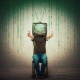 Aufgeregter Mann gesetzt auf einem Stuhl mit einem alten Fernsehen anstelle der darstellenden Hauptdaumen oben, positives Feedbac lizenzfreies stockbild