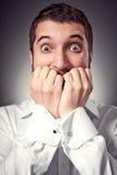 Aufgeregter Mann haben eine Furcht vor etwas Stockfoto