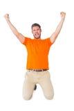 Aufgeregter Mann im orange Zujubeln Lizenzfreies Stockfoto