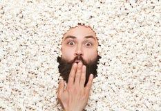 Aufgeregter Mann im Popcorn stockfotos