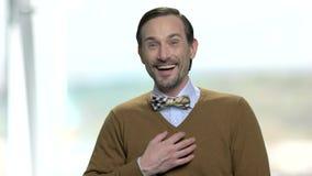 Aufgeregter Mann lacht auf unscharfem Hintergrund stock footage