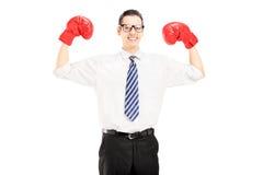 Aufgeregter Mann mit der Bindung und roten Boxhandschuhen, einen Gewinn feiernd Stockbild