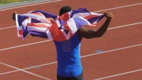 Aufgeregter Meister, der Flagge von Großbritannien zu den Anhängern, Stolz der Nation zeigt stock video
