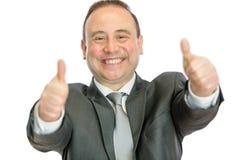 Aufgeregter reifer Geschäftsmann, der Daumen herauf Signal gibt stockbild