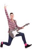 Aufgeregter Rockstar mit einer elektrischen Gitarre Stockbilder