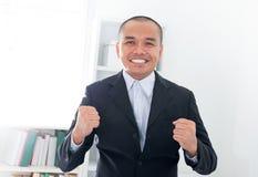 Aufgeregter südostasiatischer Geschäftsmann Lizenzfreie Stockfotografie