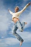 Aufgeregter Sprung im Himmel Stockfotos