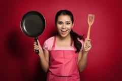 Aufgeregter weiblicher Chef oder Hausfrau kochfertig Stockfotografie