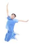 Aufgeregter weiblicher Doktor, der hoch springt Stockfotografie