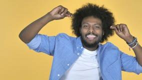 Aufgeregtes afroes-amerikanisch Mann-Tanzen auf gelbem Hintergrund stock video footage