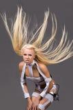 Aufgeregtes blondes Baumuster mit Kopfhörern Lizenzfreie Stockfotografie