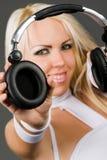 Aufgeregtes blondes Baumuster mit Kopfhörern Lizenzfreies Stockfoto