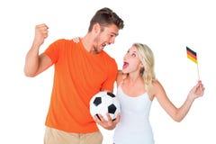 Aufgeregtes Fußballfanpaarzujubeln Stockfotos