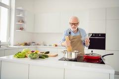 Aufgeregtes Graues des nahen hohen Fotos behaart genießt er sein er der Großvater, der kochenden beschäftigten köstlichen Tellerp lizenzfreies stockfoto