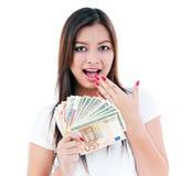 Aufgeregtes junge Frauen-Holding-Bargeld Lizenzfreie Stockbilder