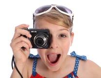 Aufgeregtes junges Fotografmädchen, das Fotos macht Stockfotos