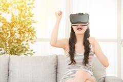 Aufgeregtes junges Mädchen, das VR-Videospiel gewinnt lizenzfreie stockfotos