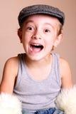 Aufgeregtes Kind, das flache Schutzkappe trägt lizenzfreie stockfotos