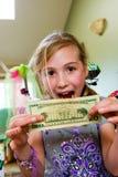 Aufgeregtes Kind mit Geld Lizenzfreie Stockfotos