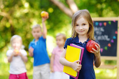 Aufgeregtes kleines Schulmädchen, das zurück zur Schule geht Stockfoto