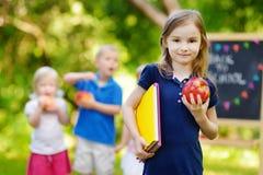 Aufgeregtes kleines Schulmädchen, das zurück zur Schule geht Lizenzfreie Stockbilder