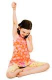 Aufgeregtes Mädchen, das auf Mobile spricht Stockbild