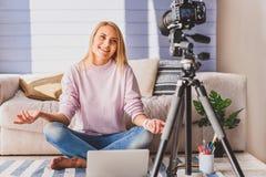 Aufgeregtes Mädchen, das ein Blog in der Wohnung instandhält Lizenzfreie Stockfotografie