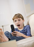 Aufgeregtes Mädchen, das Handy betrachtet Lizenzfreies Stockbild