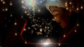 Aufgeregtes Mädchen, das magische Weihnachtsgeschenkbox mit funkelnden Sternen öffnet stock abbildung