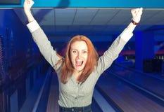 Aufgeregtes Mädchen in einem Bowlingspiel Stockfotografie